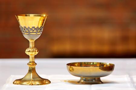 Cáliz de oro en el altar durante la misa y el lugar de texto Foto de archivo - 64225990