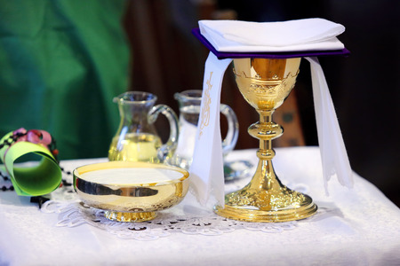 Golden chalice on the altar during the mass Foto de archivo