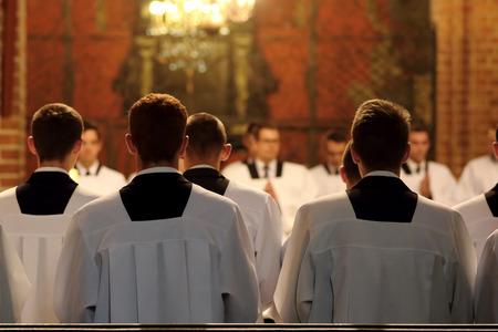 De jonge geestelijken van het seminarie tijdens de mis