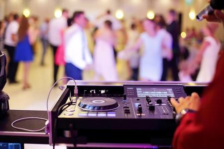 パーティーの最中に踊るカップルや結婚式のお祝い 写真素材