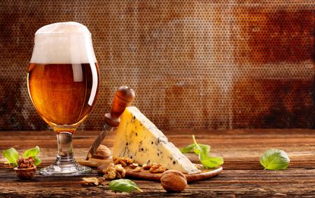 텍스트 갈색 빈티지 배경과 공간에 블루 치즈 전채와 맥주