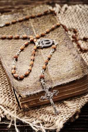 różaniec: Very old prayer book and vintage rosary on wooden background