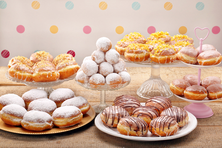 Los diferentes tipos de tortas en los anillos de espuma Jueves gordo Foto de archivo - 71384943