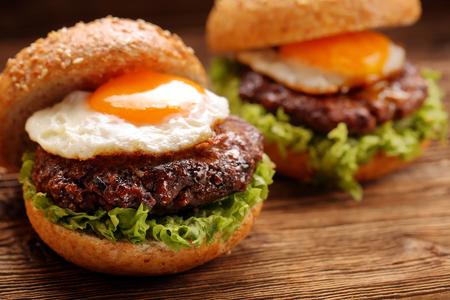 쇠고기 고기와 계란 텍스트 빈 공간을 가진 햄버거