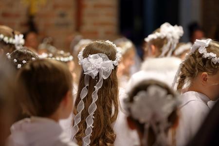 첫 번째 거룩한 친교에 참여하는 어린이들 스톡 콘텐츠
