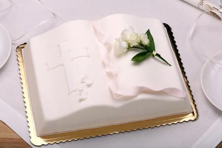 테이블에 첫 번째 거룩한 친교 케이크 및 텍스트를위한 공간