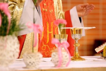 Sacerdote, celebrar, masa, iglesia Foto de archivo - 77763190