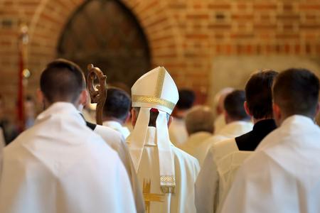 Obispo va a misa en la iglesia Foto de archivo - 80673617