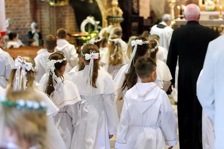 Les enfants vont à la première chance sainte Banque d'images - 80622309