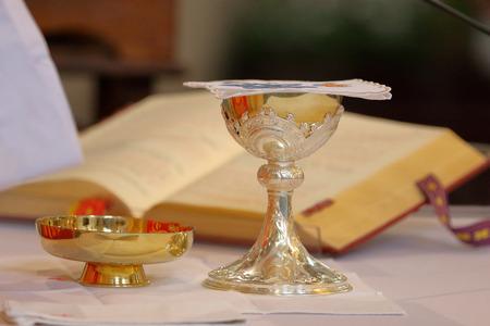 prêtre célébrer la messe à l & # 39 ; église et place vide pour le texte