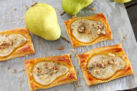 Puff pastry with baked pears, blue cheese and walnuts