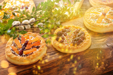 Mazurek traditional polish easter cake with golden lights on wooden background 版權商用圖片