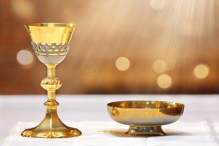 Gouden kelk op het altaar en lichtstralen uit de hemel met lege plaats voor tekst