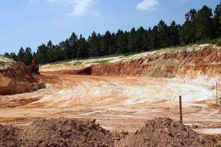strata: Strati di roccia e lo sporco con alberi sul progetto di costruzione di strade