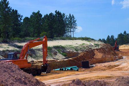 strata: Strati della roccia e della sporcizia con apparecchiatura pesante sul progetto di costruzione della strada