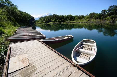 湖でボート。マウント富士は背面に表示されます。