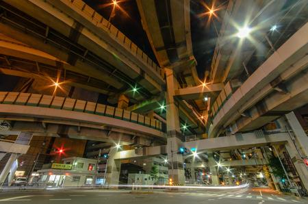 高速道路の下の道