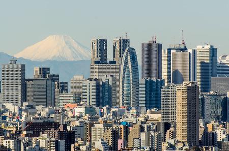 도쿄 2014 년 12 월 7 일 : 도쿄에서 가장 큰 고층 빌딩의 중심 인 신주쿠 지평선 전망 도쿄 도청 KDDI 빌딩과 도쿄 타워 빌딩을 포함한 도쿄에서 가장 높은  에디토리얼