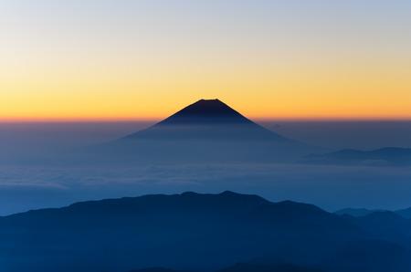 日本アルプスから見た富士山のシルエット