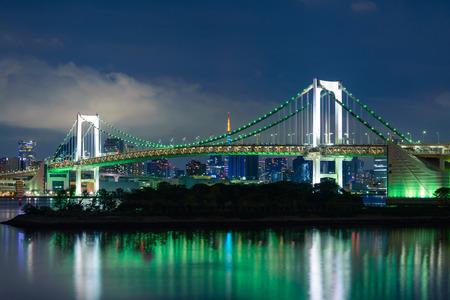 東京湾の夜のレインボー ブリッジ ビュー
