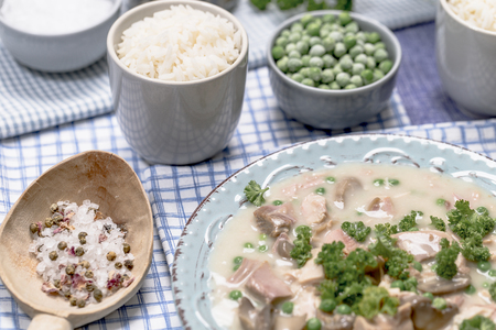 nahaufnahme: Chicken fricassee with mushrooms and peas