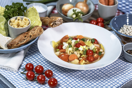 kohl: Minestrone with Savoy cabbage, carrots, white beans, and tomatoes Cobbettis Stock Photo