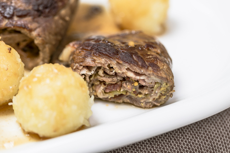 Hausgemachte Rinderroulade mit Rotkohl und Kartoffelknödeln Standard-Bild - 82795052