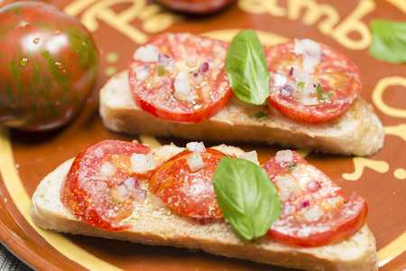 nahaufnahme: Country bread with black zebra tomato and olive oil