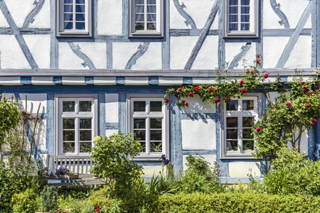 Half-timbered house in the old town of Eltville on the Rhine in the Rheingau Standard-Bild - 127443738