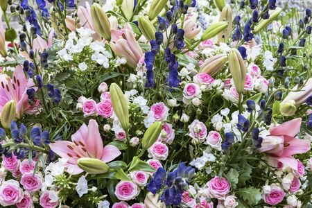 Bouquet with pink roses, pink lilies and blue larkspur Standard-Bild - 127443911