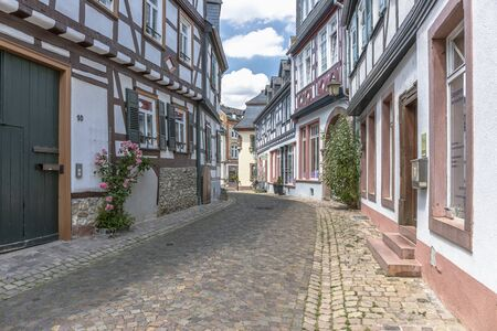 Half-timbered houses in the Rosengasse in Eltville on the Rhine Standard-Bild - 127444111