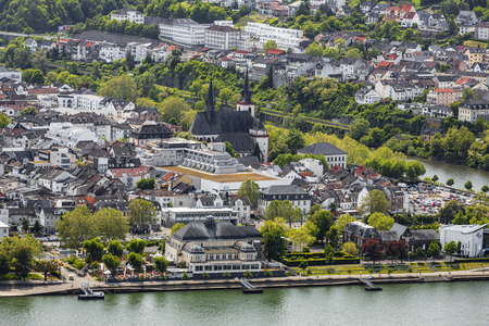 View of Bingen on the Rhine with the Basilica of St Martin with the River near the UNESCO World Heritage Upper Middle Rhine Valley Standard-Bild - 127467344