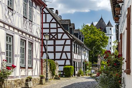 Half-timbered houses in Burgstrasse in Eltville on the Rhine Standard-Bild - 127467353