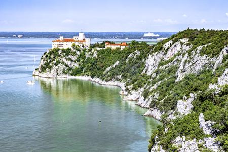 On the Rilkeweg to the castle Duino in Trieste Standard-Bild - 127467355