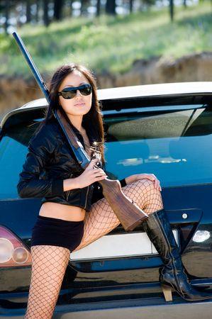 pantimedias: sexy asian girl con arma de fuego en coche Foto de archivo
