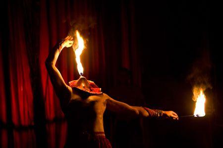 performs: ULAN-UDE, RUSSIA - 26 giugno: Un artista di circo esegue un numero con il fuoco il 26 giugno 2009 a Ulan-Ude, Buriati, Russia.