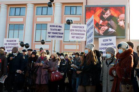 intolerancia: ULAN-UDE, Rusia - el 1 de noviembre: Pobladores protestan contra una serie de asesinatos en Mosc� debido a la intolerancia racial, el 1 de noviembre de 2009, Ulan-Ude, Buriatia, Rusia.
