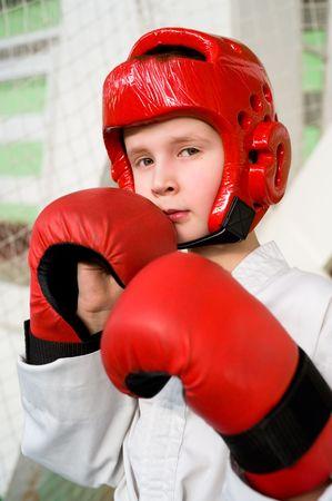 casco rojo: ni�o cauc�sicos en casco rojo y guantes haciendo taekwondo perforar en c�mara