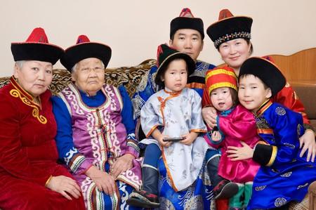 great grandmother: familia de grandes buryat (mongolian): bisabuela, abuela, hijo con esposa y sus hijos, en trajes nacionales  Foto de archivo