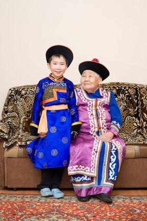 great grandmother: Buryat (mongolian) gran abuela y nieto, en trajes nacionales