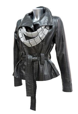 double breasted: una chaqueta de se�oras de cuero negro con una bufanda