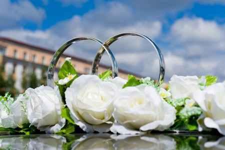 silvery rings and white roses as wed car decoration photo