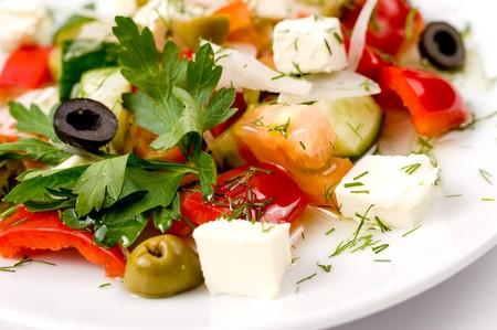 perejil: Ensalada griega en plato blanco, macro  Foto de archivo