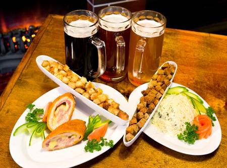 drei Gläser verschiedene Biersorten mit Imbiss