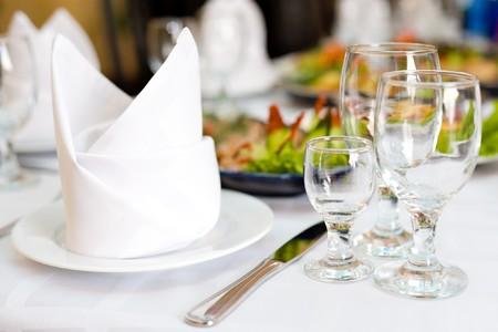 servilleta: configuraci�n de lugar a la mesa de banquete de restaurante establecidas  Foto de archivo