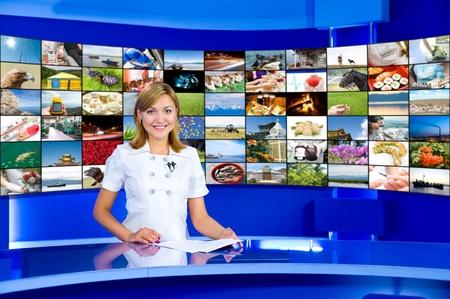 anchorwoman televisiva in uno studio, un pannello multidisplay dietro, collage di foto da parte dell'autore
