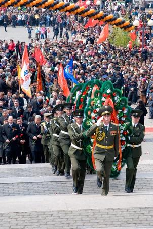 autoridades: Ul�n-Ud�, Rusia - 9 de mayo: Autoridades de la ciudad realizan la ceremonia de colocaci�n de corona a los ca�dos durante WWII memorial anual d�a de Victoria, 9 de mayo, de 2009 en Ulan-Ude, Buriatia, Rusia.