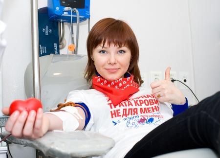 altruismo: ULAN-UDE, Rusia - el 7 de abril: Servicio de sangre de la ciudad hace una acci�n de promoci�n para la popularizaci�n de donaciones. Un joven voluntario del servicio dona sangre, 7 de abril de 2010, Ulan-Ude, Buriatia, Rusia.