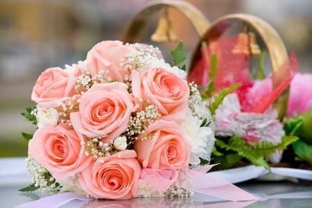festal: bouquet di spose di Rose contro la decorazione di auto matrimonio