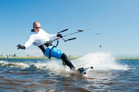un kitesurfer se déplace sur l'eau sur une journée d'été ensoleillée